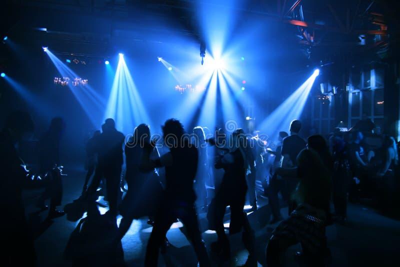 Siluette degli adolescenti di dancing immagine stock