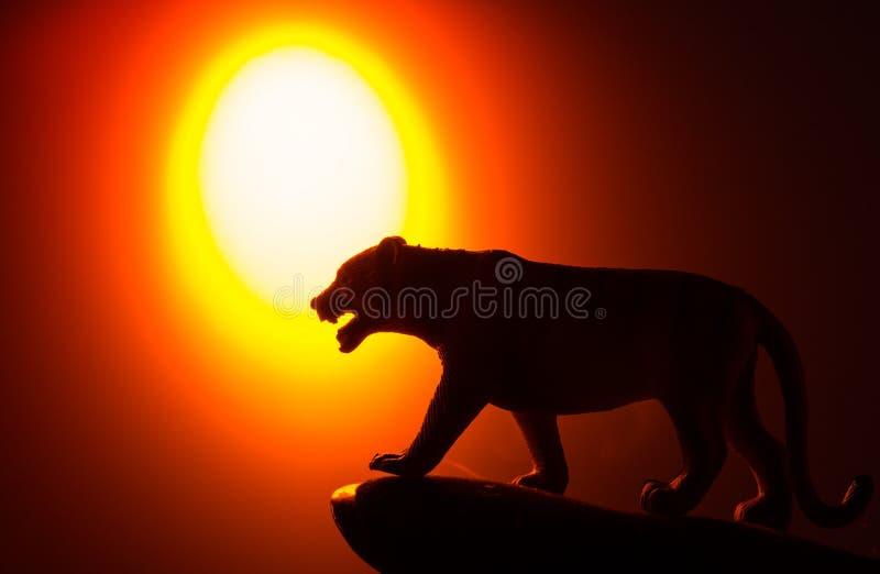 Siluette degli animali su fondo immagini stock