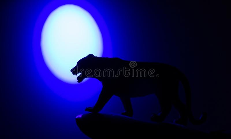 Siluette degli animali su fondo blu fotografia stock