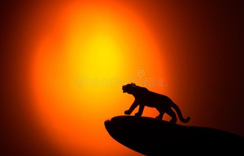 Siluette degli animali su fondo blu fotografie stock libere da diritti