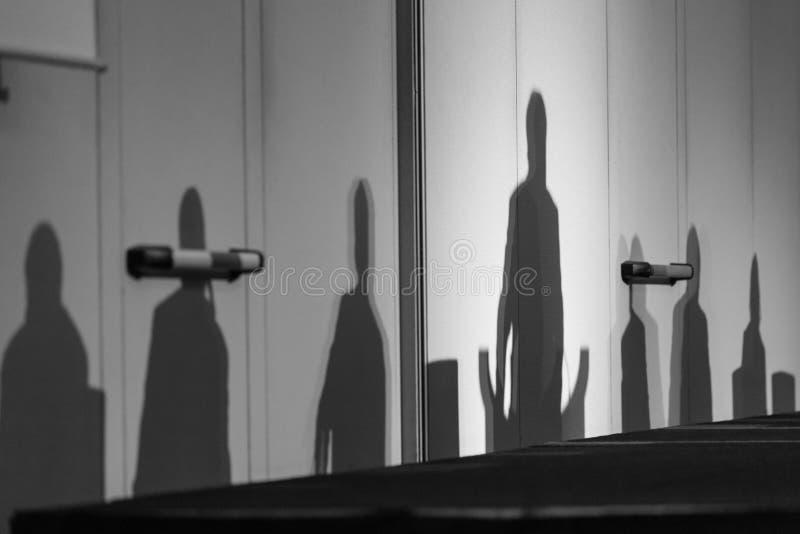 Siluette dei capi su un podio immagini stock libere da diritti