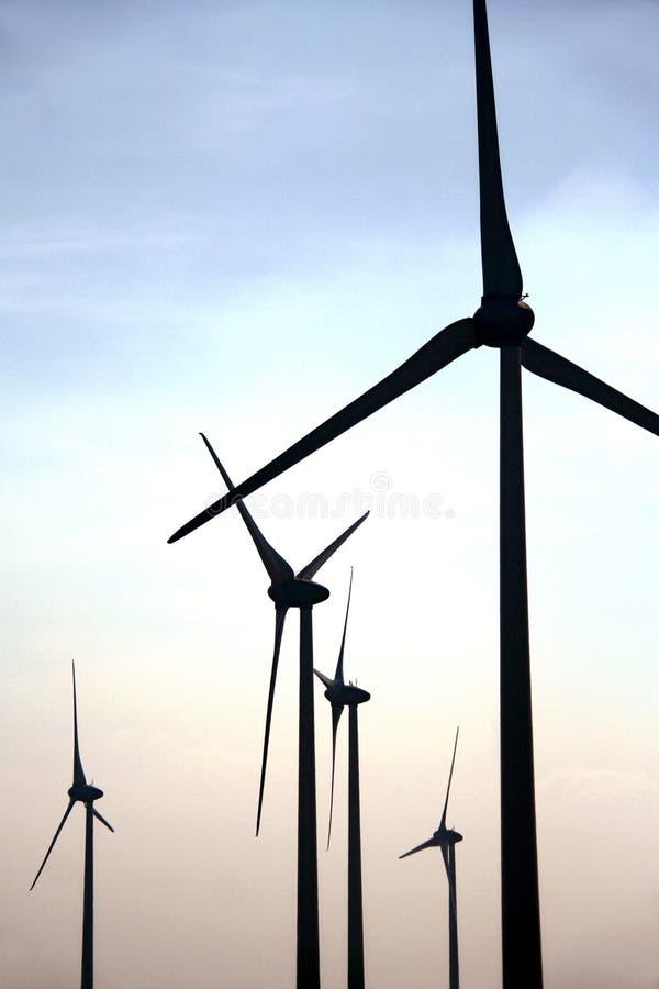 Siluette dell'azienda agricola di vento fotografia stock