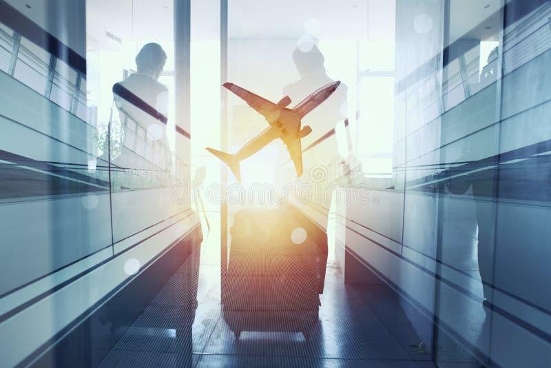Siluette dell'uomo d'affari all'aeroporto che aspetta l'imbarco Doppia esposizione immagine stock