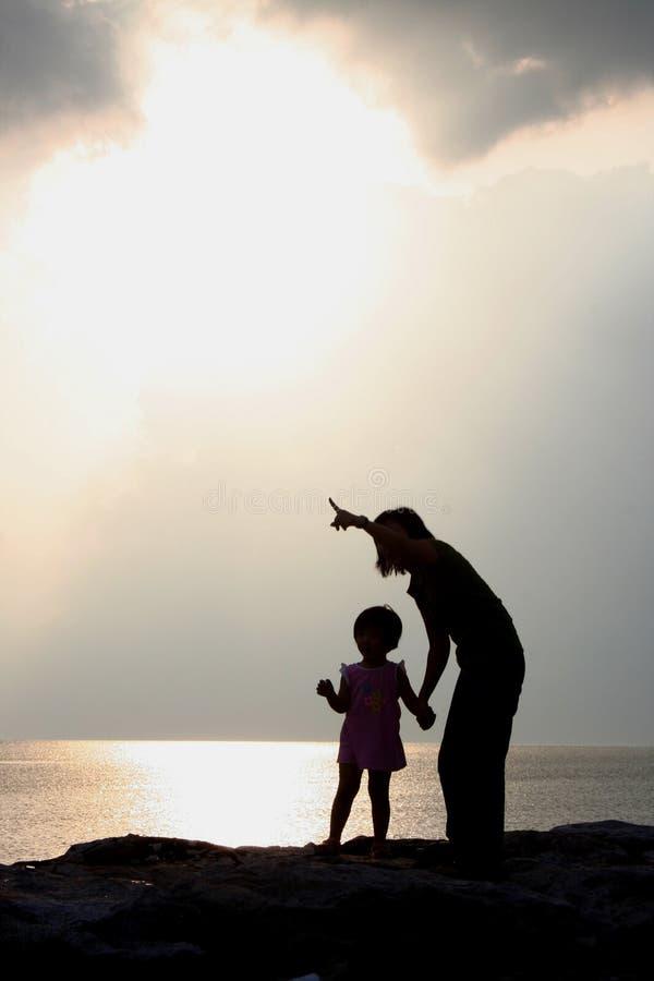 Siluette della figlia e della madre immagine stock