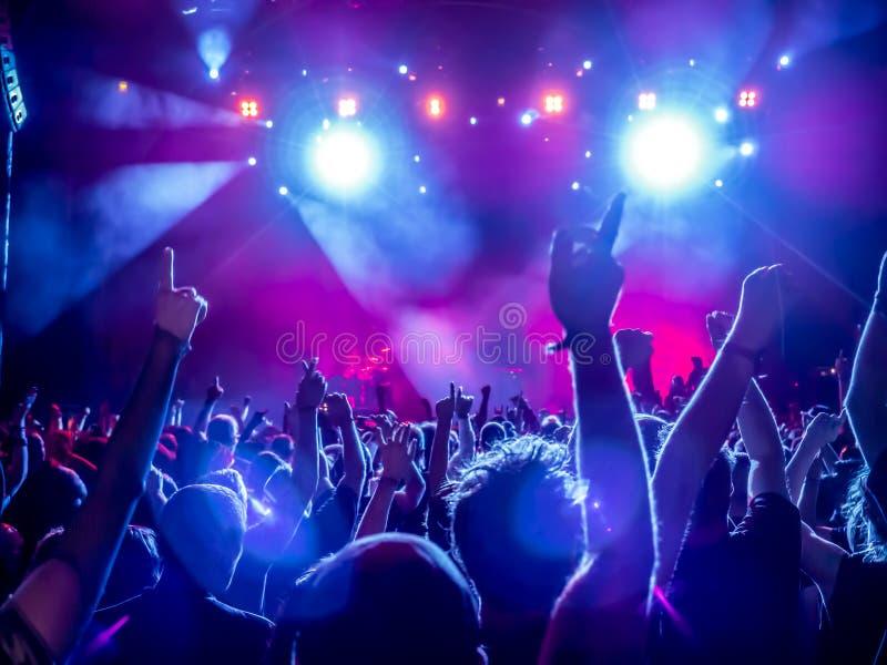Siluette della folla di concerto fotografia stock