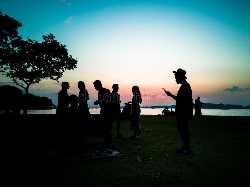 Siluette della gente ad un partito della spiaggia fotografia stock libera da diritti