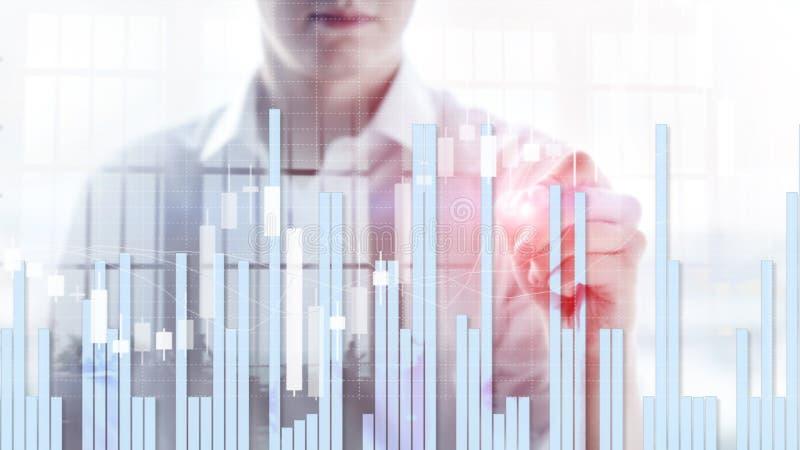 Siluette della gente di affari Grafico del mercato azionario e grafico del candeliere di Antivari fotografie stock
