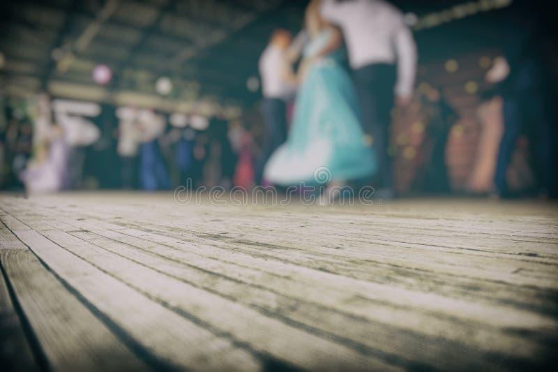 Siluette delle coppie di dancing sulla fase fotografia stock