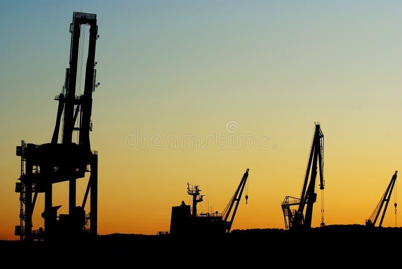 Siluette delle gru del cantiere navale immagine stock