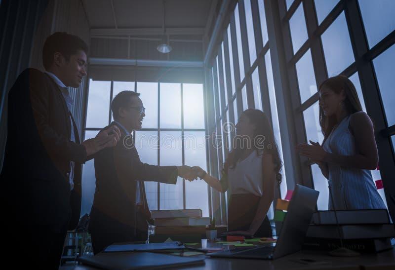 Siluette di handshake dei soci commerciali con l'uomo stretta di mano del concetto di affari immagine stock