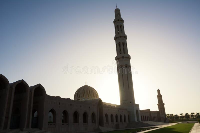 Siluette di Sultan Qaboos Grand Mosque in Muscat Oman fotografia stock libera da diritti