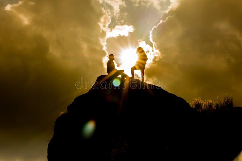 Siluette sopra una montagna immagine stock
