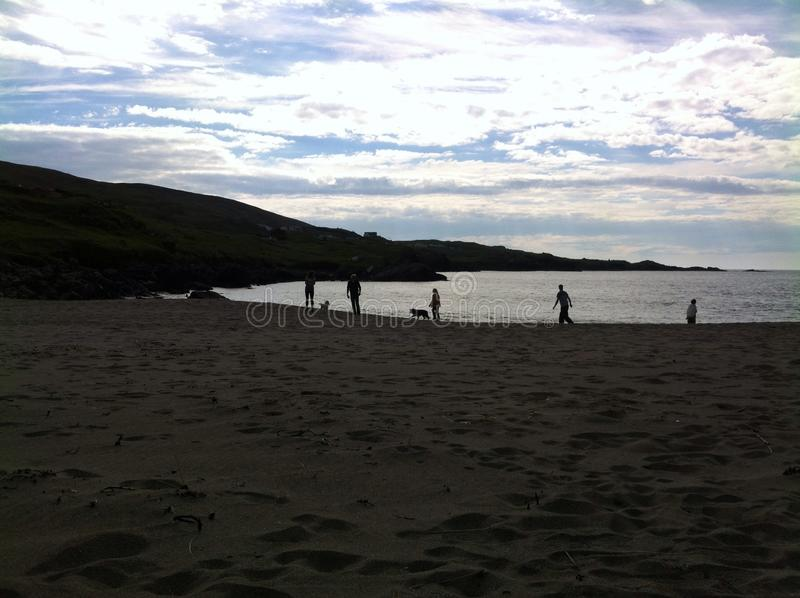 siluette sulla spiaggia immagini stock libere da diritti