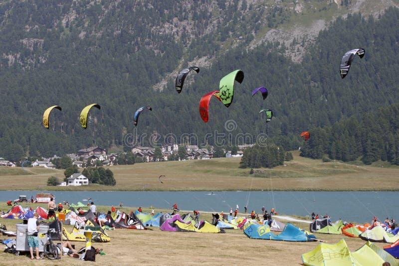 Silvaplana, Svizzera - grande numero dei seguaci di praticare il surfing fotografie stock libere da diritti