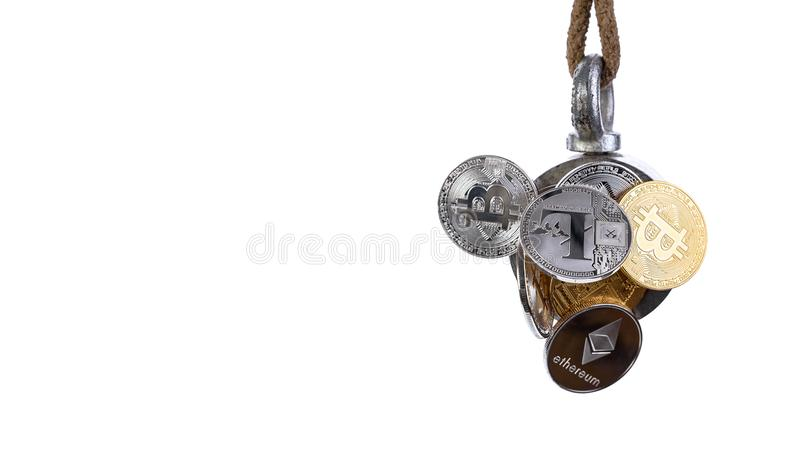 Silver för Bitcoin ethereumlitecoin och guld- mynt fångas av magneten som isoleras på vit bakgrund, affärsidéen Banner16x9 f royaltyfri illustrationer