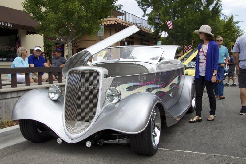 Silver Ford Roadster Street Rod 1933 på den auto showen fotografering för bildbyråer
