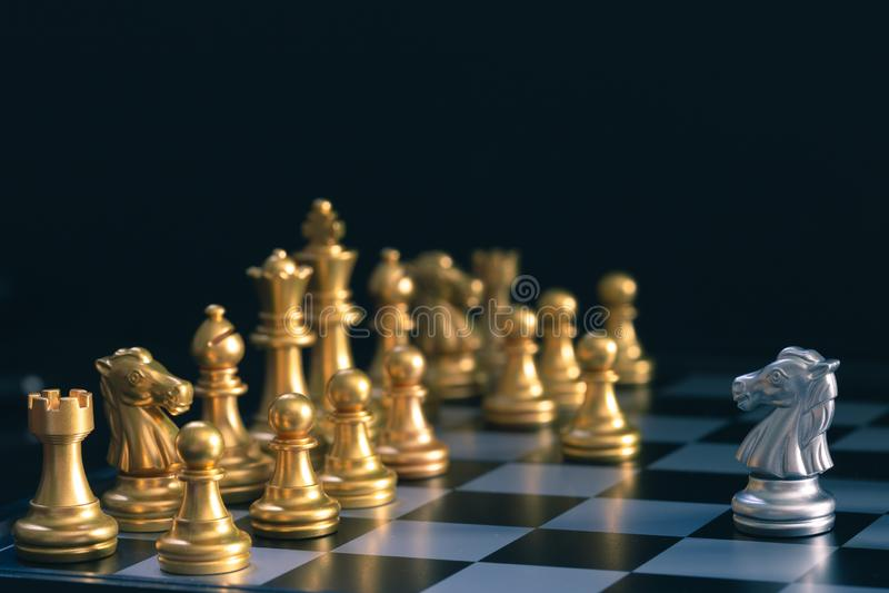 Silver Horse Chess está caminhando pelo tabuleiro de xadrez de ouro imagem de stock
