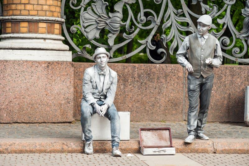 Silver målade konstnärer på en stadsgata royaltyfri foto