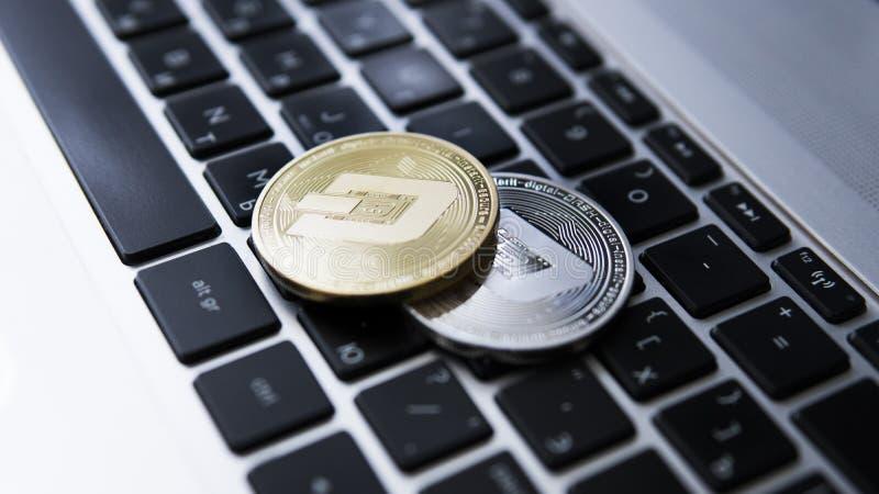 Silver och guld- streck Cryptocurrency på bärbar datortangentbordet faktiska pengar Affär reklamfilm Digital pengar och faktiskt arkivbild