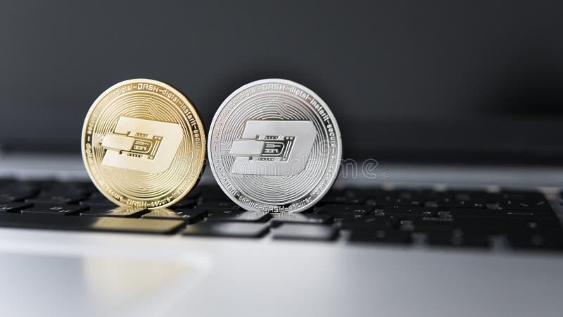 Silver och guld- streck Cryptocurrency på bärbar datortangentbordet faktiska pengar Affär reklamfilm Digital pengar och faktiskt arkivfoto