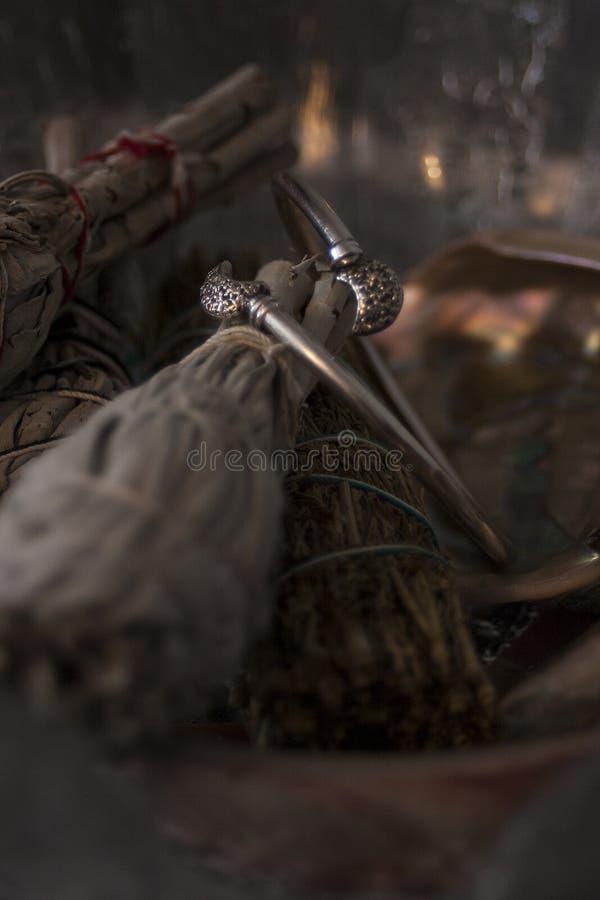 Silverarmband och vis man royaltyfria foton