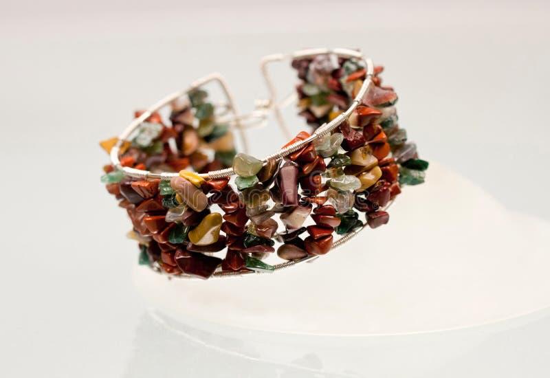 Silverjuvlar med färgrika ädelstenar arkivfoto