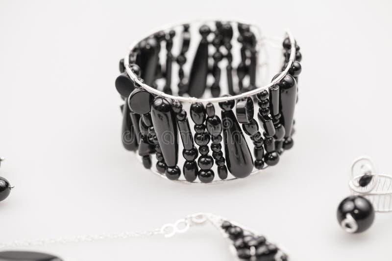Silverjuvlar med onyxstenar royaltyfri bild