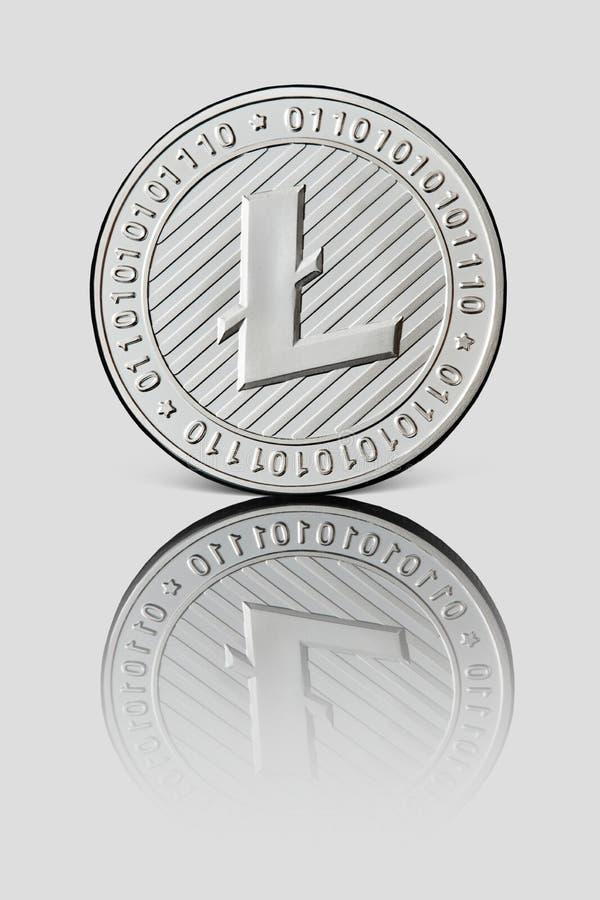 Silvermynt Litecoin på vit glansig bakgrund Affärs- och teknologibegrepp arkivfoton