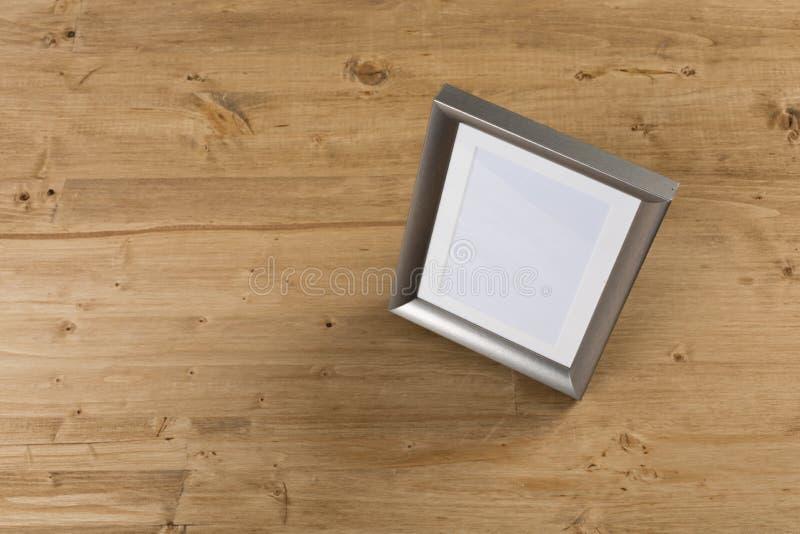 Silverram på träbakgrund arkivfoton