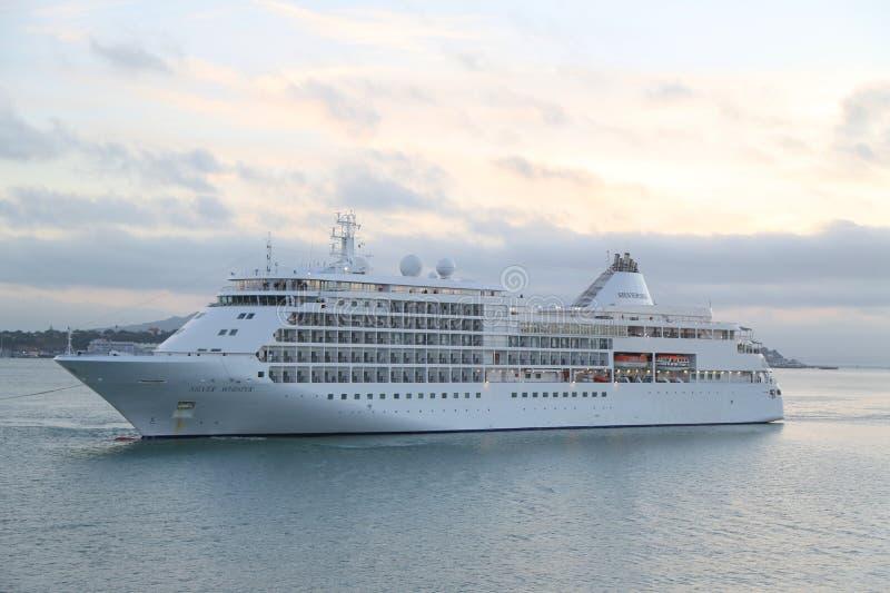 Silverseas silbernes Flüstern-Kreuzschiff in Auckland-Hafen stockbilder