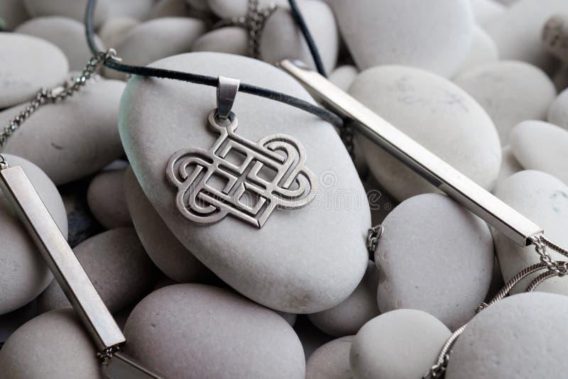 Silversmycken med keltiska designer royaltyfri foto