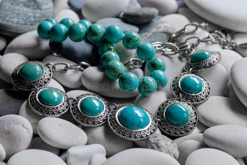 Silversmycken på kiselstenar royaltyfria foton