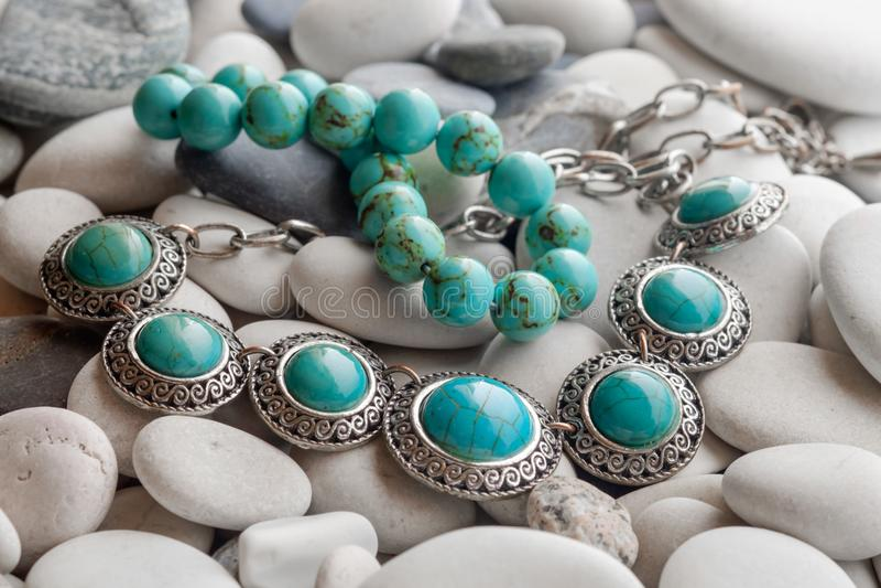 Silversmycken på kiselstenar royaltyfri foto