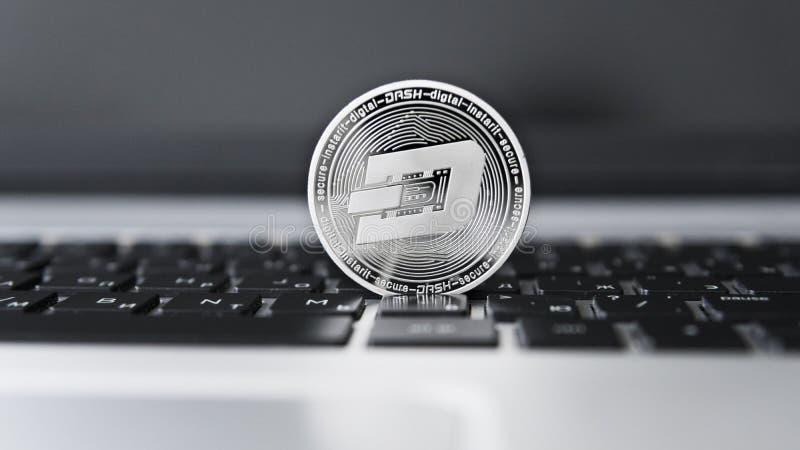 Silverstreck Cryptocurrency på bärbar datortangentbordet faktiska pengar Affär reklamfilm Digital pengar och faktiskt crypto royaltyfri foto