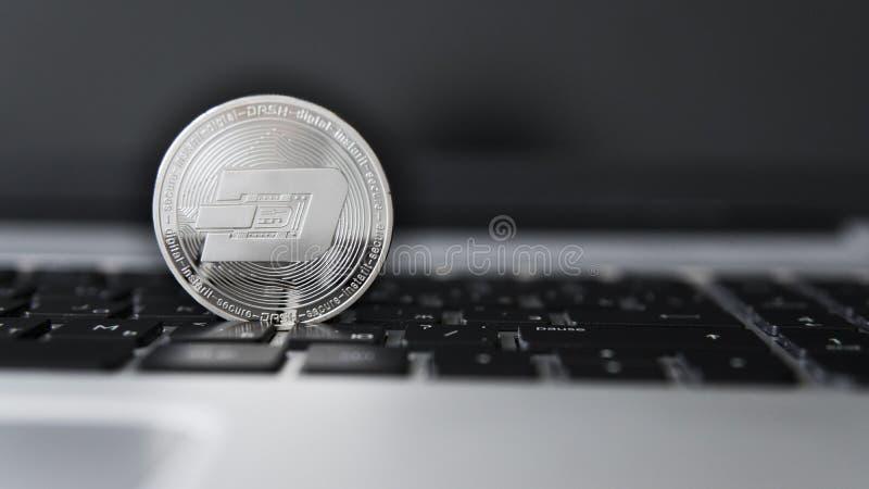 Silverstreck Cryptocurrency på bärbar datortangentbordet faktiska pengar Affär reklamfilm Digital pengar och faktiskt crypto arkivfoton