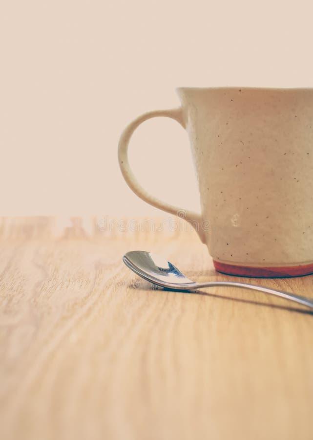 Silvertesked och keramisk kaffekopp royaltyfri fotografi