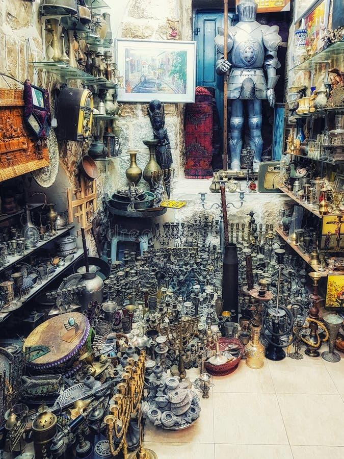 Silverware и побрякушки для продажи в старом городе Иерусалиме стоковые фото
