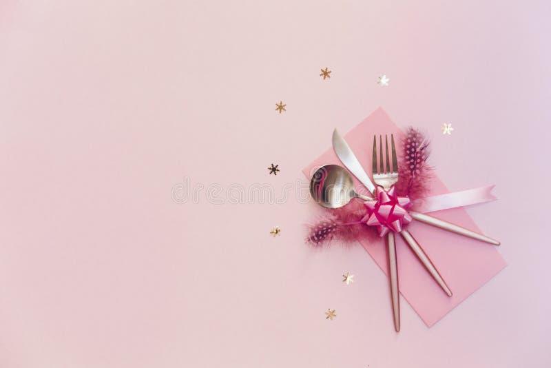 Silverware партии взгляд сверху Нож и ложка вилки над розовой предпосылкой стоковое фото