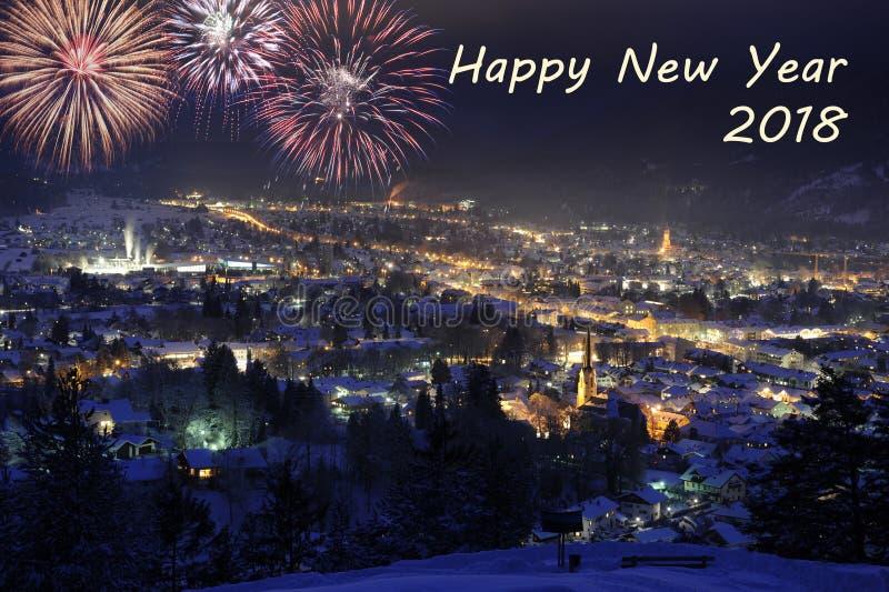 Silvester-Nacht 2018 mit Feuerwerken über Stadt Garmisch-Partenkirchen stockbild