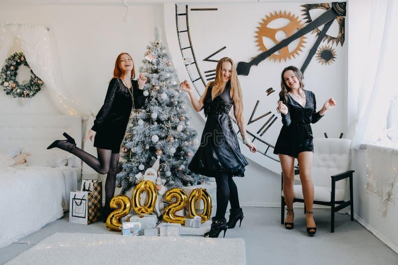 Silvesterparty Neujahrsfeier Drei schöne junge Mädchen mit goldenen Baloons 2020 feiern neues Jahr Jung lizenzfreies stockbild