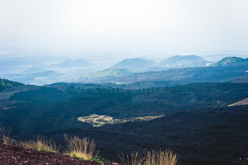 Silvestri krater av Mount Etna, aktiv vulkan på ostkusten av Sicilien, Italien royaltyfri bild