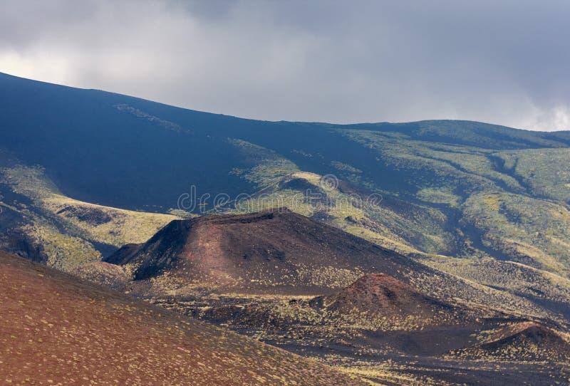 Silvestri krater av Mount Etna, aktiv vulkan p? ostkusten av Sicilien, Italien royaltyfri bild