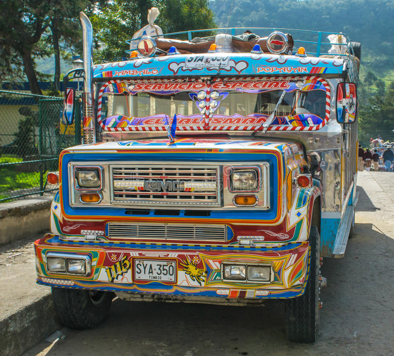 SILVIA, POPAYAN, COLOMBIE - novembre, 24 : Autobus coloré de Chiva dedans image stock