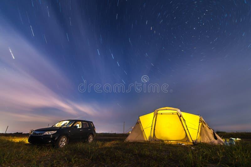 Silvicoltore di Subaru alla spiaggia che si accampa sotto le stelle fotografia stock libera da diritti
