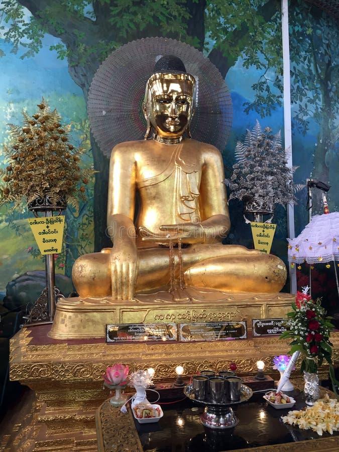 Sim de Kaba: O mundo da paz a estátua de bronze buddha assentado, a cara é brilho especial foto de stock royalty free