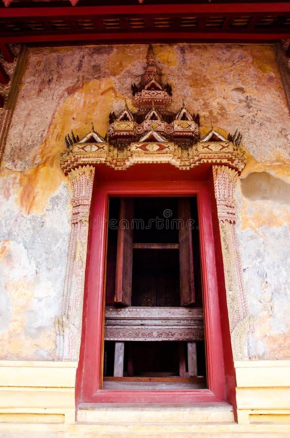 Sim drzwi w Saket świątyni jest antycznym Buddyjskim świątynią w Vientiane obrazy stock