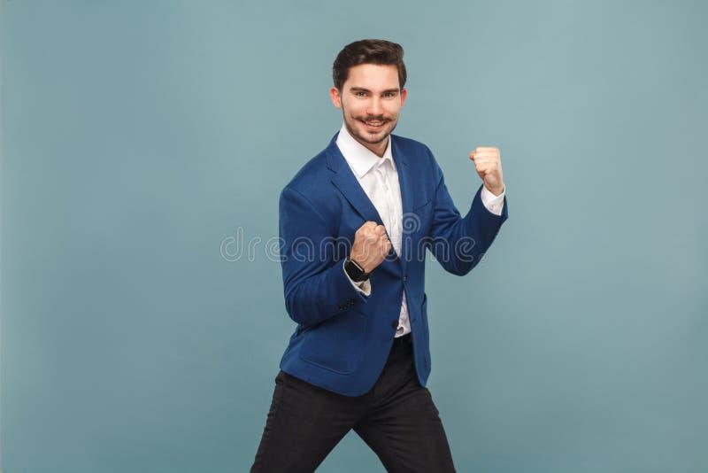 Sim! Eu ganho! Júbilo do homem de negócios de Siccessful e sorriso toothy fotos de stock