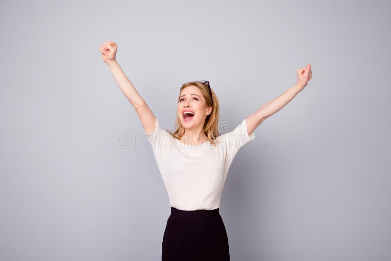 Sim! Mulher consideravelmente extremamente feliz que comemora seu sucesso com r imagem de stock