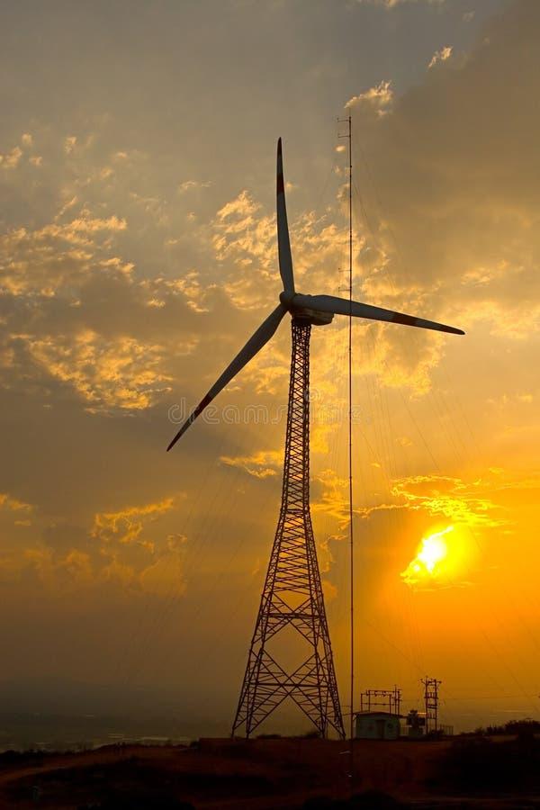Simbólico - moinho de vento da potência e luz do sol foto de stock