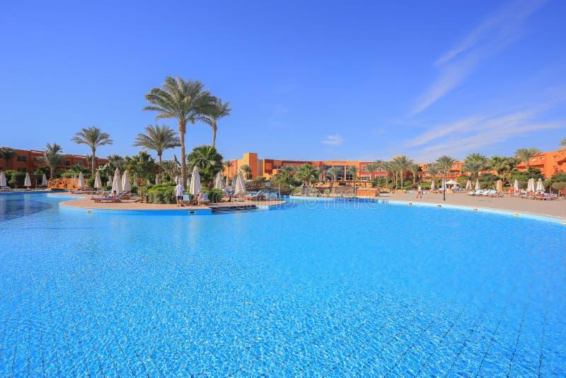 Simbassäng i den Egypten semesterorten royaltyfri fotografi